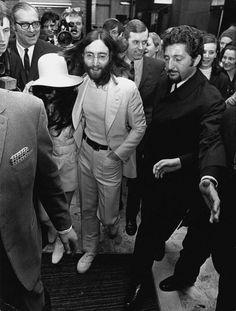 John Lennon Honeymoon | 31.1969 - The John Lennon and Yoko Ono are leaving the Amsterdam ...
