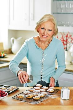 Mary Berry's fruit mince pies recipe – how to make the festive treats according to the Bake Off queen Mary Berry's fruit mince pies recipe – Christmas cooking tips and advice from the Great British Bake Off star Mary Berry Mince Pies, Fruit Mince Pies, Mince Pies Recipe, Pie Recipes, Baking Recipes, Copycat Recipes, Mincemeat Pie, Christmas Cooking, Food Cakes