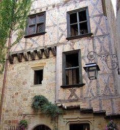 Commune du Lot située sur la rive droite du Célé, au débouché de l'Auvergne et du Haut Quercy. Cette ville est proche de l'Aveyron et du Cantal. Figeac est classée ville d'art et d'histoire et a été reconnue par le Conseil Régional Midi-Pyrénées comme l'un des 18 Grands Sites de Midi-Pyrénées. La vieille ville a gardé son plan et ses ruelles tortueuses du Moyen Âge et l'on peut y voir de nombreuses maisons anciennes en grès.  C'est la ville natale de Jean-François Champollion.(source…