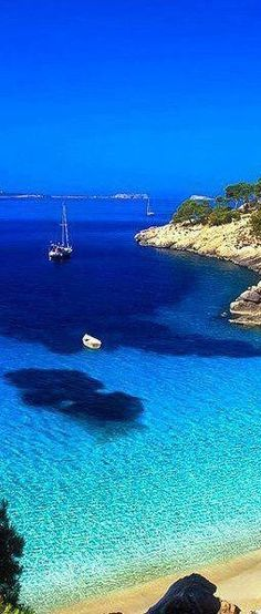 Cala Salada in Ibiza is home to one of Spain's many gorgeous beaches! devourspain.com #spainbeaches