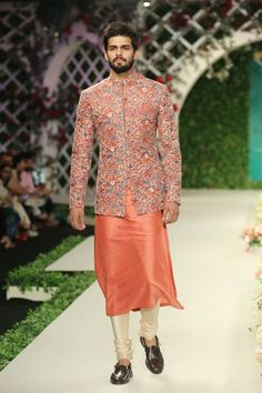 Varun Bahl at India Couture Week 2016 - Look 8 Kurta Pajama Men, Kurta Men, Mens Sherwani, Wedding Dresses Men Indian, Wedding Dress Men, Indian Dresses, Wedding Outfits, Wedding Wear, Indian Outfits