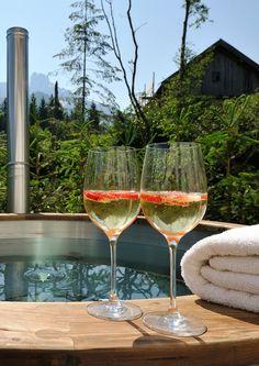 Wellness-Bereich mit Badezuber im Freien // Wellness area with outdoor wood-fired hot tub Bergen, Firewood, Tub, Alcoholic Drinks, Wellness, Outdoor, Wine, Glass, Chalets