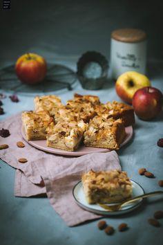 Leckerer Apfel-Zimt-Kuchen vom Blech mit Mandelblättchen #apfelkuchen #zimtkuchen Quiche, Cereal, Muffin, Cupcakes, Dessert, Baking, Breakfast, Sweet, Recipes