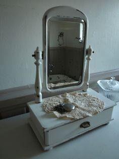 Antiker schwenkbarer Schminkspiegel mit Fassettenschliff und herrlicher Patina, sowie einer Schublade.  Alles an diesem Schmuckstück ist original.  Ei
