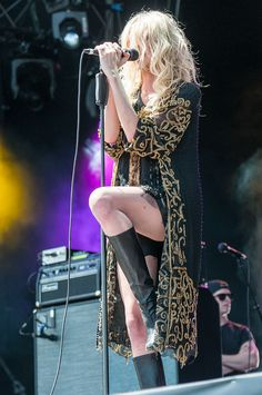 640px-The_Pretty_Reckless-Rock_im_Park_2014_by_2eight_3SC8839.jpg (640×964)