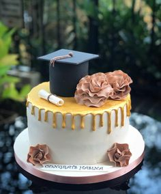 graduation cake Some just have started the school and some have graduated Phd Graduation, Graduation Party Planning, Graduation Party Decor, Cake Paris, London Cake, London Dessert, Congratulations Cake, Savoury Cake, Pretty Cakes