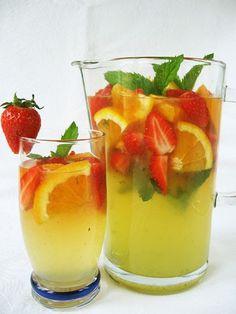 A nagy melegben jól esik egy frissítő limonádé, még eper is akad hozzá. Ez az innivaló a Kifőztük 4. számában jelent meg.   Hozzávalók:  2 ... Vegetarian Recipes, Cooking Recipes, Healthy Recipes, Pineapple Sage, Liquid Lunch, Paleo, Smothie, Smoothie Bowl, Healthy Drinks