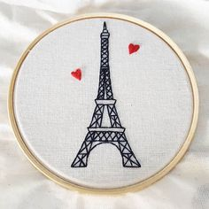 Bom dia pra quem acordou com saudade dessa cidade linda!!  Quadrinho Eiffel disponível!!!  #paris #toureiffel #Creative #instaartist #crudistore #craft #handmade #embroidery #crossstitch #sew #art #cute #pretty #designs #artwork #funny #bordado #feitoamao #handembroidery #brasil #bordadoamao #bordadolivre #artesanal #torreeiffel #france #love