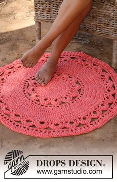 "Crochet DROPS round carpet in 3 strands ""Paris"". ~ DROPS Design I want to learn to crochet. Crochet Diy, Crochet Doily Rug, Crochet Rug Patterns, Crochet Round, Crochet Home, Crochet Crafts, Knitting Patterns, Hand Crochet, Crochet Pillow"