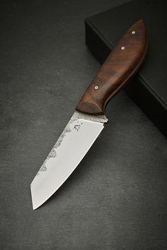 Dieses Messer hat so kein Zweiter zuhause. Denn jedes Messer von Schmied Michael Ziegelböck ist von Hand geschmiedet mit handgeschnitztem Griff versehen. Die Klinge ist nicht komplett poliert und zeigt so das Schmiedehandwerk am Messerrücken. Das Messer wird mit Messeröl geliefert. Inkludiert im Kauf ist einmal jährlich ein kostenloses Schleifservice beim Schmied.