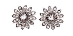 Pendientes rosetón en forma de flor, años 60. En oro blanco de 18 kts y diamantes talla brillante ca. 2 cts de peso total (0,60 cts la pareja central). Cierre de pala omega.