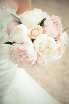 Bouquet de mariée Pivoines blanches, rose pâle et roses                                                                                                                                                                                 Plus