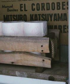 Old wood  oude houten bak gevuld met toiletpapier... Ook dat verdient een mooi plekje toch E 16 95 staat in onze webshop onder Gevonden Schatten.. Fijne avond allemaal #flekzer #webshop #maatwerk #uniekewoonaccessoires #interieur #stoerwonen #soberwonen #puurwonen #ambacht #natuurlijkematerialen #stoerenrobuust #hout #touw #interiorandhome #interior4all #interior4you #instahome #naturalhome #wood by flekzer