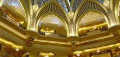 Emirates Palace Hotel - Abu Dhabi | Emirados Árabes. Dias de filme Sex and the City 2 ou dias de rei? A escolher.  Suntuoso, o hotel tem suites decorados em ouro e mármore. Seis suítes que ficam no andar mais alto da torre principal são reservadas exclusivamente para a realeza local ou convidada.