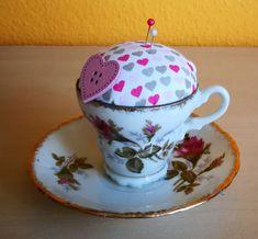 Nadelkissen-Tässchen mit Unterteller Tea Cups, Tableware, Pin Cushions, Cast On Knitting, Presents, Dinnerware, Tablewares, Place Settings, Tea Cup