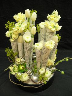 Flower arranging with Christmas Carol music www.floraldesignmagazine.com/download1009.html #DIYChristmasarrangement #Christmastable #flowers