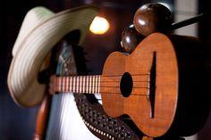 Arpa, cuatro y maracas, instruments