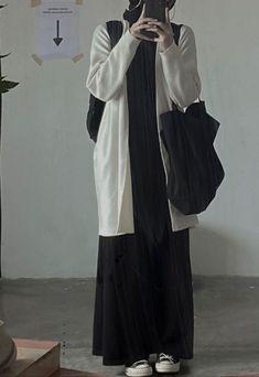 Modern Hijab Fashion, Hijab Fashion Inspiration, Moslem Fashion, Hijab Casual, Mode Hijab, Fashion Outfits, Duster Coat, Raincoat, Normcore