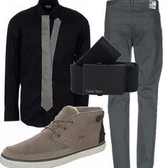 Gioca con le sfumature dal nero al grigio questo outfit, composto da un paio di pantaloni grigio fumo, una camicia nera, una cintura, la cravatta grigio chiaro e le scarpe stringate grigie.