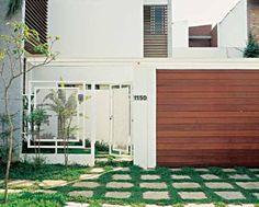 Ideal para quem não quer bloquear a visão da fachada, o portão de metal tu...
