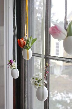 It is Easter month. It is that time again to look for fun and creative Easter egg crafts and decorating ideas. Because when it comes to Easter, well-decorated eggs are always the center of attention. Making Easter Eggs, Easter Egg Crafts, Egg Tree, Diy Ostern, Easter Tree, Diy Décoration, Fun Diy, Egg Decorating, Decoration Table