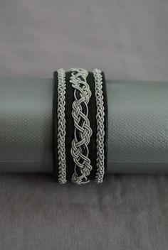 Tenntrådsarmband Diy Leather Projects, Leather Craft, Bangle Bracelets, Bangles, Bone Jewelry, Textiles, Artisanal, Leather Working, Handicraft