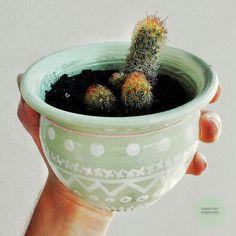 Vasija de barro pintada a mano. Color verde pastel y detalles blancos 🌵🌵 Blackberry, Pastel, Fruit, Food, Mud, Green, Colors, The Fruit, Blackberries