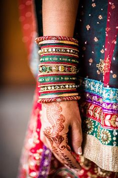 Indian Brides, indian bridal bangles, indian bridal jewellery, bridal hands with mehendi Indian Accessories, Bridal Accessories, Bridal Bangles, Bridal Jewelry, Gold Bangles, Sari, Indian Dresses, Indian Outfits, Bollywood