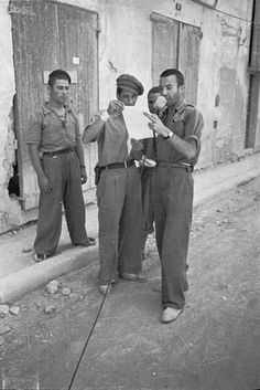 Spain - - GC - Ebro battle - Soldiers reading a pamphlet with a microphone, wearing espadrilles Ebro, Light And Shadow, World War Two, Battle, Spanish, Couple Photos, Reading, War Photography, Soldiers