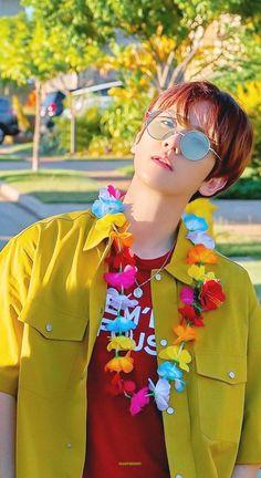 All about Byun Baekhyun of Kpop boyband EXO. Baekhyun Chanyeol, Exo Kai, Chanbaek, Exo Ot12, Luhan And Kris, Exo Album, Exo Lockscreen, Xiuchen, Kim Minseok