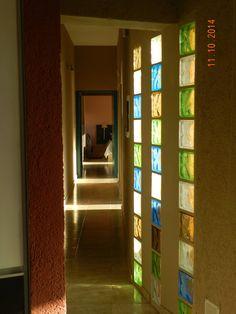 CASA DE CAMPO LOMAS DEL REY : Pasillos, vestíbulos y escaleras modernos de ART quitectura + diseño de Interiores