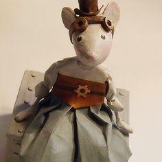 Séraphine, souris au look steampunk, création Françoise Bernier / FraNbulle Illustration, Steampunk, Creations, Sculpture, Statue, Paper, Ideas, Art, Paper Envelopes