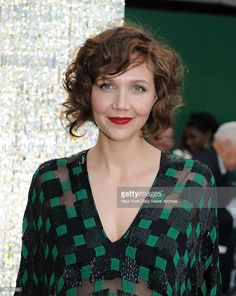 Maggie Gyllenhaal at the CFDA Fashion Awards held in the New York Public Library Get premium, high resolution news photos at Getty Images Wild Curly Hair, Short Curly Hair, Curly Hair Styles, Maggie Gyllenhaal, Dull Hair, Hair Today, Hair Dos, Bob Hairstyles, Hair Trends
