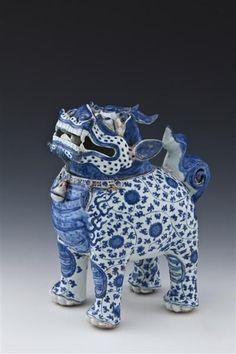 Incense burner in the form of a lion. China, Ming dynasty (1368 - 1644), Wanli era (1573 - 1619), circa 1600. Porcelain Collection. PO 3767. Porcelain, painted in underglaze cobalt blue. H. 31 cm L. 26 cm © Staatliche Kunstsammlungen Dresden