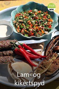 Grillspyd med smaker fra Midtøsten, som lam, kikerter og granateplekjerner. Kikertspydet, hummus og salat er vegansk. Kung Pao Chicken, Hummus, Ethnic Recipes, Food, Brioche, Lebanon, Essen, Meals, Yemek