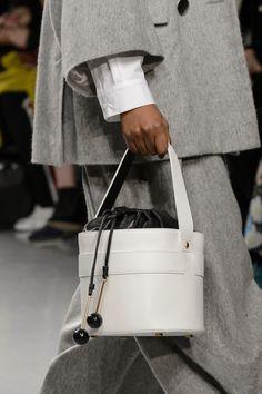 Eudon Choi at London Fashion Week Fall 2017 - Details Runway Photos Leather Accessories, Fashion Accessories, Bags 2017, Leather Design, Cloth Bags, Fashion Bags, Purses And Bags, Autumn Fashion, Creations