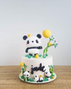 Fofura de bolo no tema Panda! Panda Birthday Cake, Twin Birthday Cakes, Panda Cakes, Bear Cakes, Panda Bear Cake, Bolo Panda, Panda Party, Animal Cakes, Girl Cakes