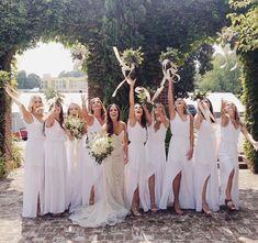 Damas de honor con vestidos color blanco. Descubre más en https://bodatotal.com/