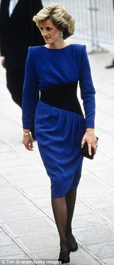 Trends, in some point, come back. Generally, repaginated, but they reappear. This makes clothes wearable after a long time. And this is what we can see in these outfits Princess Diana wore.