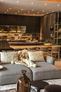 Decoração, design de interiores, decoração de casa, iluminação, obra de arte, quadro, pintura, flores, plantas, flores na decoração, plantas na decoração, sofá cinza, manta.