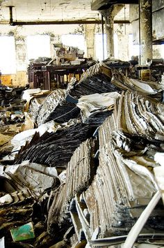 Detroit Public Schools Book Depository - such an unnecessary waste. Abandoned Library, Abandoned Detroit, Abandoned Property, Abandoned Mansions, Old Buildings, Abandoned Buildings, Abandoned Places, Haunted Places, Urban Exploration