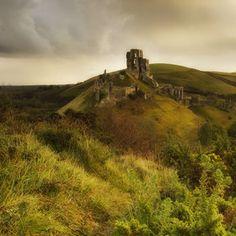 corfe castle in dorset Beautiful Ruins, Beautiful Castles, Beautiful Places, England And Scotland, Dorset England, Places To Travel, Places To Go, Corfe Castle, Castles In England