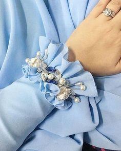 Pin by Busra on moda in 2020 Kurti Sleeves Design, Sleeves Designs For Dresses, Kurti Neck Designs, Dress Neck Designs, Sleeve Designs, Blouse Designs, Kurti Embroidery Design, Couture Embroidery, Embroidery Fashion