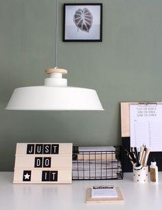 Grote Scandinavische hanglamp wit met houten stuk https://www.directlampen.nl/scandinavische-eettafellamp-bronq-jula-wit-o48-cm