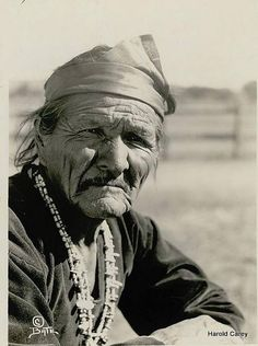 Elderly Navajo man wearing headband and necklaces 17 NOV Native American Artwork, Native American Tribes, Native American History, American Spirit, Portraits, First Nations, Old Photos, People, Mexico