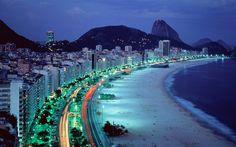Знаменитый пляж Копакабана в Рио-де-Жанейро