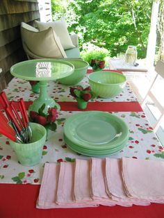 A sweet jadeite and strawberry vignette. The combo of jadeite green and bright red is so pretty! Vintage Kitchenware, Vintage Dishes, Vintage Glassware, Vintage China, Vintage Green, Vintage Decor, Green Milk Glass, Green Kitchen, Kitchen Wrap