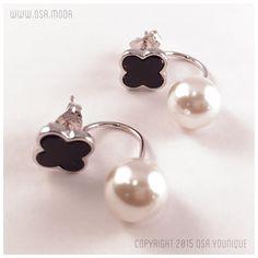 Descrizione: Orecchino con perla sospesa Materiale: Perla simulata e montatura in acciaio inossidabile placcata oro bianco dettaglio a lobo in pietra nera naturale.
