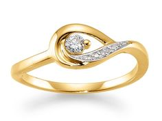 Innovativ Aagaard ring med vildt design: En vredet dråbe, der omkranser en diamant. Ringen er udført i rødguld og indeholder også diamanter i dråbens omkreds.  En vild og vidunderlig ring der bliver en smuk følgesvend igennem hele livet.