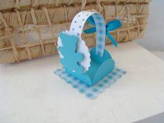 Forminha para docinhos de ursinho! <br> <br>Pode ser usado para decorar a mesa do chá de bebê ou aniversário com os doces e depois ser entregue como lembrancinha aos convidados! <br> <br>Essa caixa mede 7 x 5,5 x 5,5 cm. <br> <br>Nosso trabalho é manual, com uso apenas de estiletes, furadores, régua, boleador, e principalmente amor! <br> <br>Por se tratar de um produto artesanal, pode haver pequenas variações nas cores e estampas, não comprometendo a beleza de como se apresenta na foto!